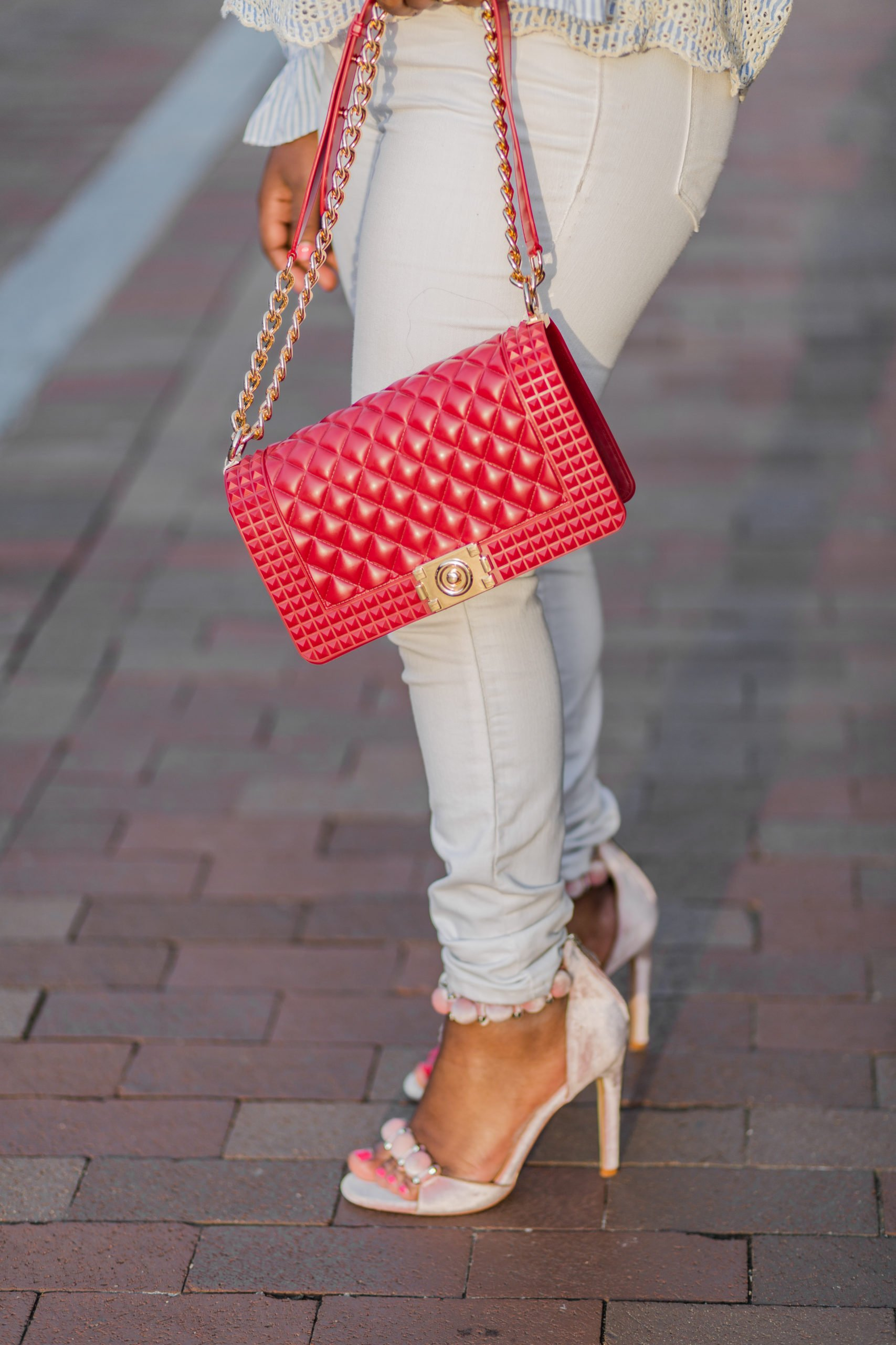 girl wearing skinny old navy white jeans and red bag